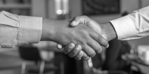 Kaksi ihmistä kättelee toisiaan