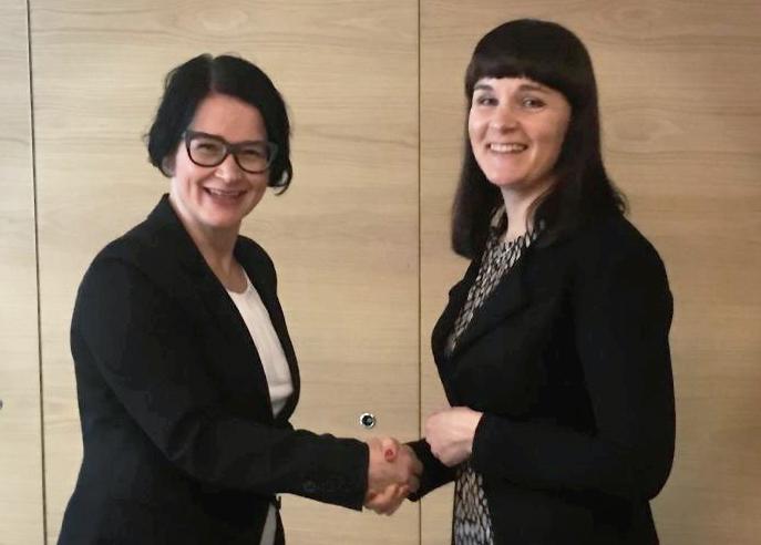 Suomen Asianajajaliiton pääsihteeri Minna Melender sekä SoulCoren toimitusjohtaja Tiina Vestman solmivat sopimuksen järjestelmäkehityshankkeesta