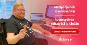SoulCoren sovelluskehittäjä työpöytänsä ääressä