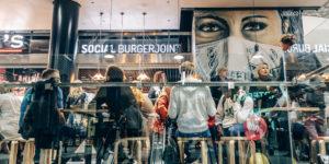 Ihmisiä istumassa Social Burgerjointin ravintolassa