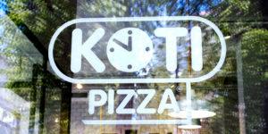 Kotipizzan logo ravintolan ikkunassa