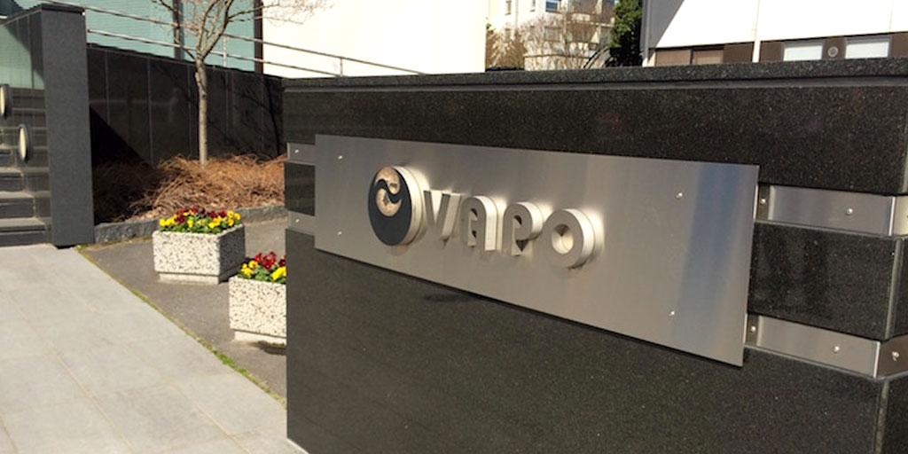 Vapon logo metallisella laatalla Vapon toimiston pihassa